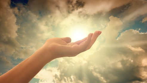 main-energie-magnetisme-ciel-soleil-nuage